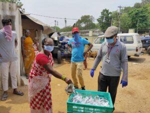 India  Consegna di saponi e prodotti di prima necessità.