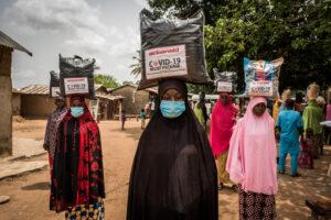 Nigeria  Molte donne ricevono ogni giorno alimenti e beni di prima necessità per combattere l'emergenza.