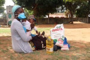 Mozambico  Stiamo distribuendo cibo alle famiglie  più in difficoltà.