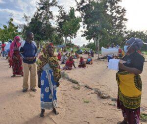 Tanzania Persone in fila per la distribuzione  di kit igienici.