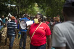 Haiti  Lucina, un'attivista ActionAid, mentre diffonde messaggi di prevenzione per le strade delle città